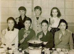 前列左から池内淳子、岡田茉莉子、若尾文子、草笛光子。後列左から南田洋子、北原三枝、淡路恵子。