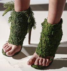 Chia Pet High Heel Green Shoes: Fashion for the most discerning people. Keep it green. You will love these shoes. They have to be watered daily. Creative Shoes, Unique Shoes, Crazy Shoes, Me Too Shoes, Weird Shoes, Chia Pet, Runway Shoes, Ugly Shoes, Women's Shoes