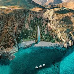 Wow! This is not a waterfall 😮  this river lagoon surrounded by plam trees in the south of Crete is called Preveli! Via @mitsishotels Which will be the hosting hotels of @dwp_congress coming to Greece in November 4-6 at @mitsisalila in Rhodes 😍 We are so excited to see you pros there among some of the biggest names in the industry from around the world!  2020 chnaged all our plans and If you are planning to start or to succeed in the Destination Wedding Industry, you should consider… Santorini Wedding, Greece Wedding, Greece Outfit, Greece Destinations, What To Wear To A Wedding, Greece Islands, Island Weddings, Industrial Wedding, Rhodes
