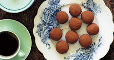 Nog låter det konstigt med chokladbollar med kikärtor, men det blir oväntat gott! Dessutom är de proteinrika och fria från gluten, mejeriprodukter och raffinerat socker. Ska jag vara ärlig är jag inte särskilt förtjust i lakrits, men jag vill ändå förse er lakritsälskare med recept. Själv ersätter jag lakritspulvret med 3 matskedar kokosflingor, och det rekommenderar jag andra lakritsskeptiker att också göra. Blötlägg eventuellt fikonen i några timmar om de känns torra. Saftiga fikon behöver…
