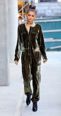 Zendaya - A atriz / cantora faz o modelo perfeito para a sua própria linha de roupas, saindo no macacão de veludo da coleção.