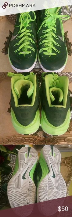 NEW LISTING NIKE HYPERLINK MEN TENNIS SHOES This is a pair of electric  green/white