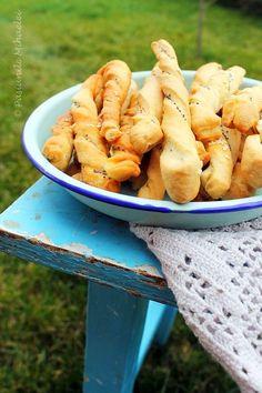 Saratele rasucite cu mac si susan | Pasiunile Mihaelei Romanian Food, Romanian Recipes, Bread And Pastries, My Recipes, Quiche, Mac, Pizza, Sweets, Vegetables