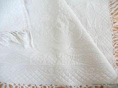 Linge ancien/ Belle  couverture blanche en piqué blanc avec beau relief