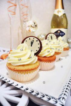 Samppanjakuppikakut // Shampagne cupcakes  http://maistuumakialle.blogspot.fi/2014/12/railakasta-uutta-vuotta.html