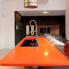 Who said that Orange can not be sophisticated? This kitchen has a Silestone countertop in color Naranja Cool and is looking so stylish and elegant.