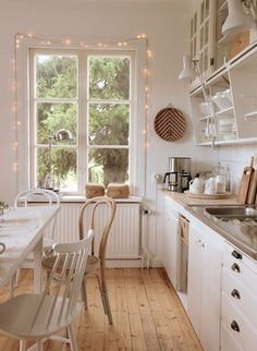 Estilo Hygge na decoração - madeira, luz natural e cores claras, tudo para transmitir aquela sensação de paz e aconchego!