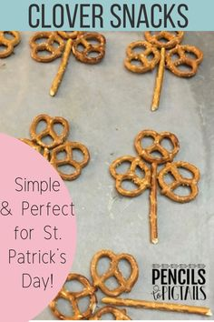 Simple St. Patrick's Day clover snacks make the perfect treat to send for preschool, kindergarten, or first grade school parties! I'm sharing these adorable snacks made with just a few delicious ingredients, and they can even pass for a healthier treat! #stpatricksday #schoolsnacks #march #kindergarten #firstgrade