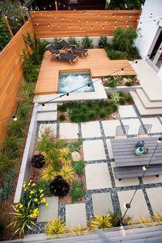 terrasse de jardin, plage en bois composite, dallage en pierre, plantes vertes et guirlandes lumineuses