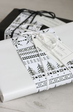 BAUTIFUL (Black&White) gift wrapping: I love how simple this idea is yet it looks extremely sophisticated and cool! Black and white gift wraps are always the best option - you simply can't get wrong here. Wrapping Gift, Gift Wraping, Creative Gift Wrapping, Christmas Gift Wrapping, Diy Christmas Gifts, Creative Gifts, Wrapping Ideas, Wrapping Papers, Christmas Paper