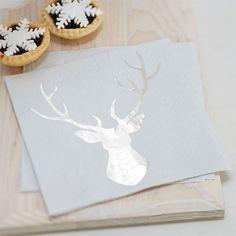 Noch Deko für das festliche Weihnachtsessen gesucht? Diese Servietten mit edlem Hirschmotiv in Silber setzen Akzente bei der Tischdekoration. Auch ideal für eine romantische Winterhochzeit.