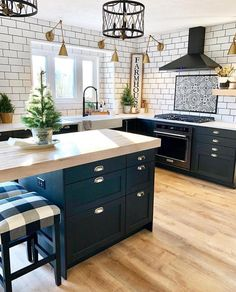 Kitchen Remodel Ideas - Browse our kitchen renovation gallery with traditional to modern to beachy kitchen design inspiration. Modern Farmhouse Kitchens, Farmhouse Kitchen Decor, Home Decor Kitchen, New Kitchen, Kitchen Counters, Farmhouse Style, Soapstone Kitchen, Awesome Kitchen, Subway Tile In Kitchen