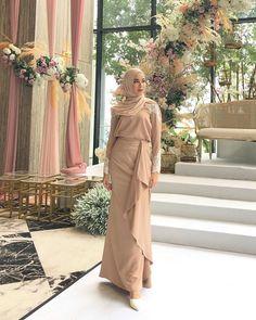 Bridesmaid baju kurung by and shawl by ✨ Hijab Evening Dress, Hijab Dress Party, Hijab Style Dress, Muslim Fashion, Hijab Fashion, Fashion Dresses, Kebaya Modern Dress, Simple Long Dress, Modest Bridesmaid Dresses