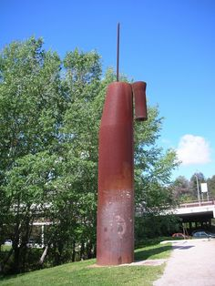 """""""Ars Longa Vita Brevis"""" Escultura de Miquel Navarro realitzada el 1988 arran de la celebració del 20è aniversari de la constitució de la Universitat. És una obra abstracta de ferro, el títol de la qual correspon a una cita del filòsof Hipòcrates"""