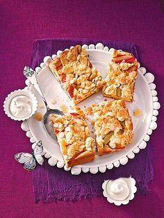 Schneller Blechkuchen mit frischem Obst: Rhabarber, Erdbeeren, Äpfel