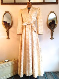 "Vintage 1930's ""Old Hollywood"" Satin Robe / Wedding Coat / Princess Coat / Quilted / Pockets / size Small"