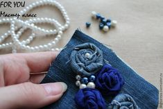collar de jeans Denim Crafts, Necklace Tutorial, Textiles, Creations, Brooch, Handmade, Jewelry, Handmade Necklaces, Craft