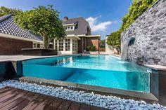 modernes #pool #design glas wand sichtbar steinmauer wasserfall