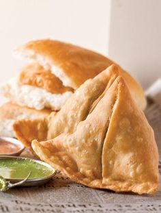 Samosa pave, an equally popular brother of the famous nevada pave! deep-fried samosas with a spicy potato and peas filling are sandwiched between laddie pave flavored with chutneys. Indian Snacks, Indian Food Recipes, Vegetarian Recipes, Snack Recipes, Dinner Recipes, Cooking Recipes, African Recipes, Curry Recipes, Veg Samosa