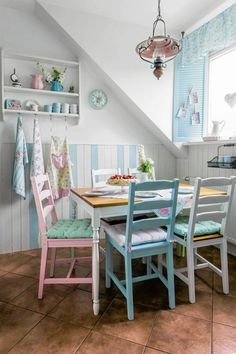 Chair Ideas Painted For Your Home Decoration Painted Chairs Cocina Shabby Chic, Shabby Chic Kitchen, Shabby Chic Cottage, Vintage Shabby Chic, Shabby Chic Decor, Cottage Style, Vintage Kitchen, Dining Nook, Dining Room Walls