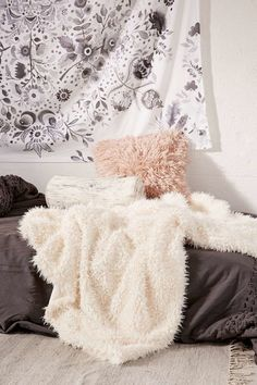 Ad: faux fur throw blanket bring bohemian cozy decor into your small bedroom White Throw Blanket, Faux Fur Blanket, Faux Fur Throw, Blanket Scarf, Throw Blankets, Trendy Bedroom, Cozy Bedroom, Bedroom Decor, Bedroom Small