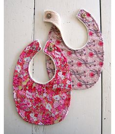 Bib tutorials http://www.canadianfamily.ca/activities/crafts/11-easy-diy-baby-gifts/attachment/diy-bibsweb/