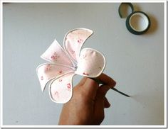 como-hacer-flores-de-tela-07