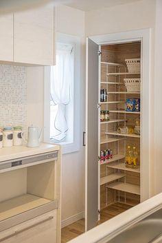 キッチン横にたっぷりサイズのパントリー。 キッチン 収納 パントリー 