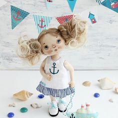 Всем здравствуйте!  Отгремели салюты, начались трудовые будни. А я к вам с Морской девочкой⚓️⚓️⚓️! Вопрос: хотели бы вы научиться шить такую красотку? Девочка пока не продается😀 #куклысахаровойнатальи #морскаятема#морскаяпрогулка #интерьернаякукла #куклаизткани