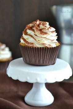 CUPCAKE TIRAMISU (Le muffin : 100 g de sucre, 80 g de beurre, 2 oeufs, 110 g de farine, 1/2 sachet de levure, 2 c à c de café) (Le topping : 250 g de mascarpone, 20 cl de crème, 1 c à s de café, sucre glace)