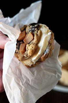 Cookie Batter Salted Caramel Banana Chocolate Chip Cookie Ice Cream Sandwiches: Gooey Salted Caramel Banana Chocolate Chip Cookies sandwich Cookie batter Ice Cream to make this decadent summertime treat. Frozen Desserts, Frozen Treats, Just Desserts, Delicious Desserts, Yummy Food, Ice Cream Cookie Sandwich, Ice Cream Cookies, Sandwich Cookies, Gelato