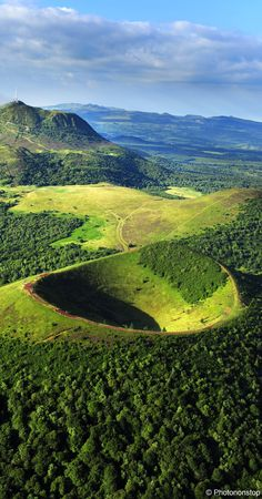 Le puy de Pariou en Auvergne - you will see chains of extinct volcanoes like no other...