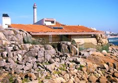 """CASA [restaurante] DE TÉ BOA NOVA // arquitecto_ Alvaro Siza, premio pritzker // fecha_ 1956  // playa en Matosinhos, Oporto, Portugal // arquitectura portuguesa (...)  intentando """"construir el paisaje"""" en esta zona, el arquitecto observó detenidamente las características del lugar; las mareas, las condiciones meteorológicas,  la flora autóctona y las formaciones geológicas (...) ** fotografia / carmen martinez mayo / 2013 **"""