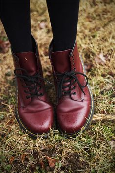 Doc Martens have been in style for almost 60 years, discover what made them so popular. We also discuss how to wear them in style! Dr. Martens, Red Doc Martens, Doc Martens Style, Doc Martens Boots, Doc Martens Outfit, Sock Shoes, Shoe Boots, Shoe Bag, Ankle Boots