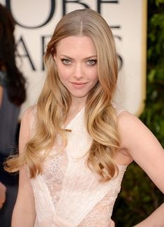 Amanda Seyfried at the 2013 Golden Globes. Amazing hair and makeup.  orange/pink soft lip, smokey eye and relaxed waves