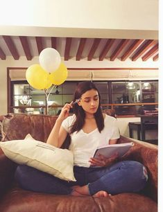 Alia Bhatt Is Looking Forward To Meetings And Reading Sessions After The Lockdown For This Reason Alia Bhatt Varun Dhawan, Alia Bhatt Photoshoot, Aalia Bhatt, Alia Bhatt Cute, Alia And Varun, Beautiful Bollywood Actress, Bollywood Style, Beautiful Actresses, Friend Poses