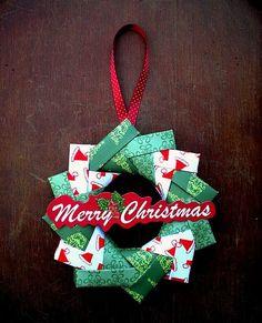 Guirlanda Feita com Origami. Veja como inovar na sua decoração natalina, utilizando apenas papel e técnicas de origami. Você...