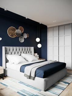 peinture chambre adulte bleu navy style marin avec tapis en bleu et blanc avc des objets deco ethno au dessus du lit