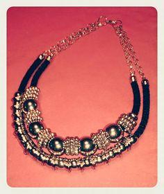 Gargantilla, soga negra, cadena y accesorios plateados
