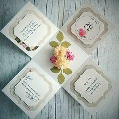 Ręcznie robiony prezent dla Mamy - exploding box w róże. Pudełko w kolorze kremowym z różowymi i liliowymi dodatkami. W środku bukiet kwiatów oraz życzenia na Dzień Matki.