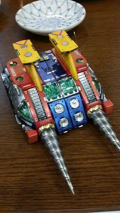 """""""アーティマ新年会速報、年始の挨拶例のコンバトラーで遊ぶ贅沢タイム。これ放映時のキット再販を使用してるけど原形とどめてないよね。五万円の超合金も霞むなあ"""" Combattler V, Super Robot Taisen, Big Robots, Japanese Robot, Vintage Robots, Mecha Anime, Robot Art, Doctor Strange, Art Model"""