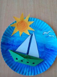 Hurá na prázdniny! Loďka skládaná z papíru, nalepená na obarvený papírový talíř anilinovými barvami.