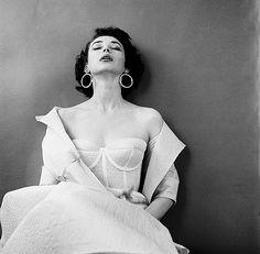 Dorian Leigh, photo by Milton Greene, 1953