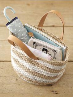 ベージュ×白のボーダーバッグ。持ち手に革を使っているので重いものを入れても安心です。/夏の手編みかごバッグ(「はんど&はあと」2012年7月号)