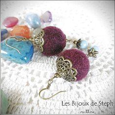 Boucles d'oreilles en laine feutrée, lit de vin, bleu nacré et doré vieilli