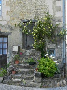 Vieille porte à Montrésor, petit village d'Indre et Loire