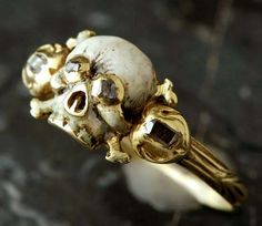 A seventeenth-century memento-mori ring featuring a skull and crossbones within a gold setting. (fabiandemontjoye.com)