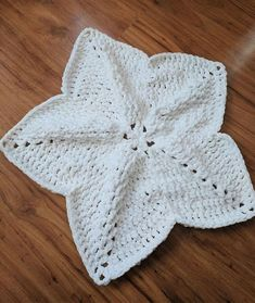 Crochet Baby Design This crochet baby lovey pattern is so easy to work up, but looks like it took weeks to make! This free pattern is a great option for any baby and you can make a few so that baby always has one near. Crochet Lovey Free Pattern, Crochet Star Blanket, Star Baby Blanket, One Skein Crochet, Lovey Blanket, Crochet Stars, Manta Crochet, Afghan Crochet Patterns, Crochet Patterns For Beginners