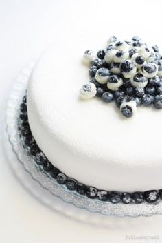 There's no recipe, but its a good way to decorate a cake, use frozen yogurt dipped blueberries Blueberry Frosting, Blueberry Cake, Blueberry Ideas, Pretty Cakes, Beautiful Cakes, Amazing Cakes, Simply Beautiful, Take The Cake, Love Cake