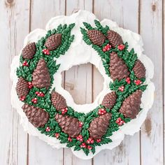 Want something unique for your Christmas dessert this year? This wreath cake is actually a pull apart cupcake cake. It's also covered in buttercream and chocolate pine cones. You'll definitely want to add this one to your holiday baking list. Christmas Cake Decorations, Christmas Cupcakes, Christmas Sweets, Christmas Wreaths, Christmas Decor, Pull Apart Cupcake Cake, Pull Apart Cake, Holiday Baking, Christmas Baking